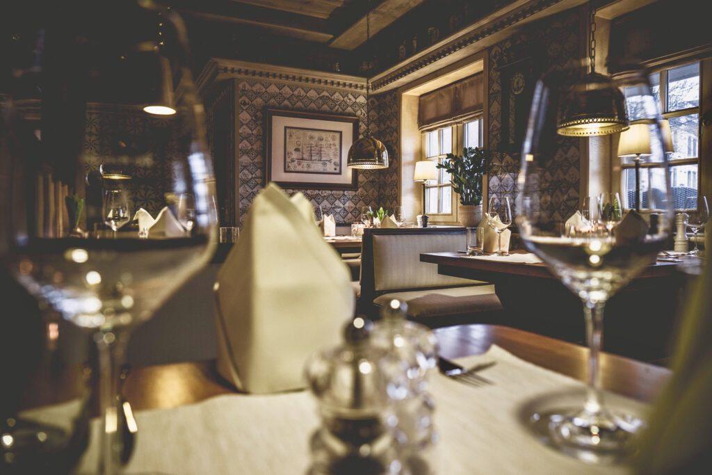 Tische und Stühle im Restaurant Seekiste auf Sylt